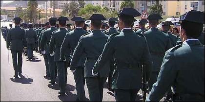 Agentes de la Guardia Civil con tricornios.