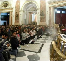 Osoro da la bendición con el Santísimo a los jóvenes