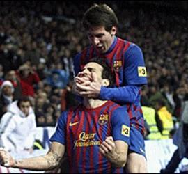 Messi festeja con Fábregas el 1-3 en el Bernabéu. 10 diciembre 2011