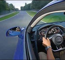 Coche, conductor, carretera y tráfico.