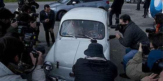 Mónica Abascal, a su llegada a la boda con Aznar Jr, a bordo de un