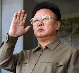 <p>Fotografía de archivo del 10 de octubre de 2005 cedida por la agencia de noticias KCNA de Corea del Norte donde se ve al mandatario norcoreano Kim Jong-Il en Pyongyang. EFE</p>
