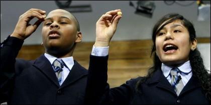 Dos niños del colegio de San Ildefonso cantan un premio en la Lotería de Navidad.
