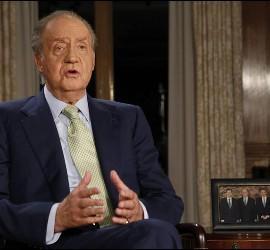 <p>El Rey Juan Carlos durante el tradicional mensaje de Navidad que ha pronunciado en el Palacio de la Zarzuela.- EFE</p>