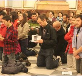 Jóvenes orando durante la vigilia de anoche en Valencia