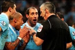 De Jong y Zabaleta increpan al árbitro por la expulsión.