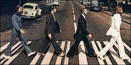 Los Beatles cruzando Abbey Road.