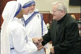 McGuire saluda a las monjas de Madre Teresa