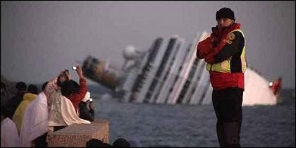 El crucero Costa Concordia, naufragado.
