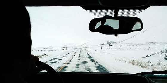 Coche, frío, nieve, carretera y temporal.