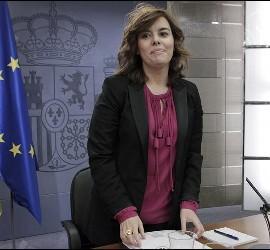 <p>La vicepresidente del Gobierno, Soraya Sáenz de Santamaría, durante la rueda de prensa posterior al Consejo de Ministros celebrado este mediodía en el palacio de La Moncloa. EFE</p>