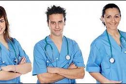 Enfermera, enfermero, médico y paciente.