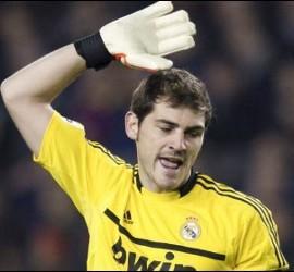 Iker Casillas se queja en un lance del partido.