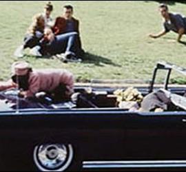 Jackie en el coche, junto al cuerpo tiroteado de Kennedy.