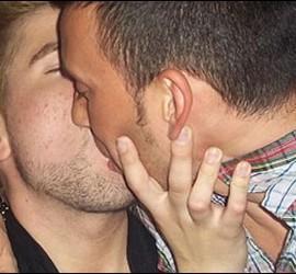 Pantallazo de el 'Confesionario de Kiko' en el que aparece Dámaso Angulo, concursante de 'GH12' besando a su novio.