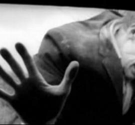 Bill Hinzman en la primera escena de la película 'La noche de los muertos vivientes'.