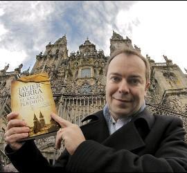 Fotografía de archivo del escritor Javier Sierra, posa ante la catedral de Santiago de Compostela con su novela 'El ángel perdido'.