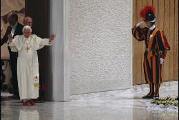 Benedicto entra en la salda de audiencia