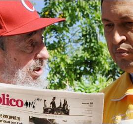 Montaje de Fidel Castro y Hugo Chávez con un ejemplar de 'Público'.