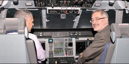 El consejero de Economía, Antonio Ávila, en un simulador