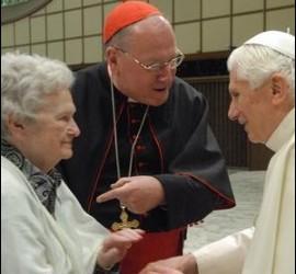 Dolan presenta a su madre al Papa