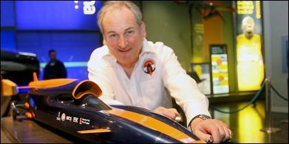 Richard Noble, diseñador del Bloodhound SSC, posa con su maqueta del coche cohete en el Museo de Ciencias de Londres (Reino Unido)