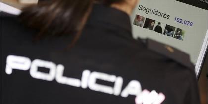<p>Dos mujeres policías relatan su noche de patrulla en Twitter. Foto cedida por la Policía Nacional. EFE</p>