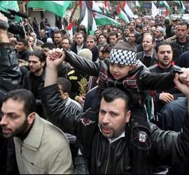 Un periodista graba durante una manifestación en Siria.