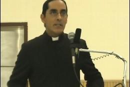 El sacerdote suspendido por negar la comunión a una lesbiana