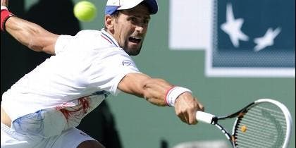 <p>El serbio Novak Djokovic devuelve la bola al español Nicolás Almagro durante el partido del Abierto BNP Paribas en Indian Wells (EE.UU.). EFE</p>