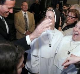 Santorum, junto a unas monjas