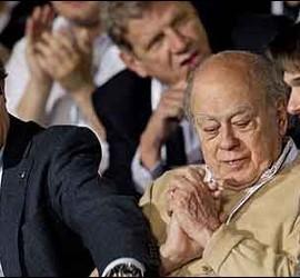Artur Mas felicita a Oriol Pujol ante la mirada de Jordi Pujol.