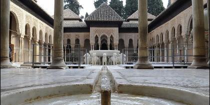 El Patio de los Leones de la Alhambra de Granada.