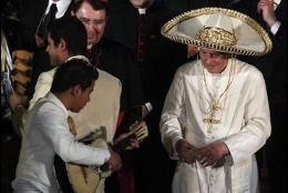 Maricahi canta al Papa con sombrero mexicano