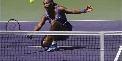 La tenista estadounidense Serena Williams devuelve una bola durante un partido.