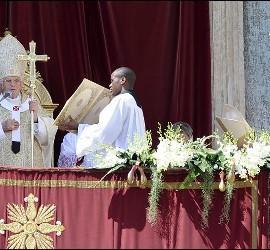 <p>El papa Benedicto XVI imparte la bendición 'Urbi et Orbi', a la ciudad de Roma y a todo el mundo, en la plaza de San Pedro del Vaticano, este domingo, 08 de abril de 2012. EFE</p>