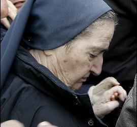 <p>La monja María Gómez Valbuena, más conocida como sor María, a su llegada ayer al Juzgado de Instrucción número 47 de Madrid. EFE</p>