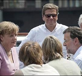 Merkel dialoga con Rajoy, junto a García-Margallo y Jorge Moragas, a bordo de un barco en Chicago.