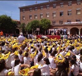 Los escolares saludan la presencia de la urna en el patio del colegio