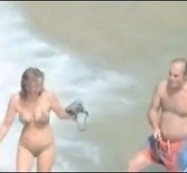 MOnseñor Bargallo y su acompañante en la playa