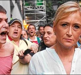 Cristina Cifuentes acosada por los indignados manifestantes.