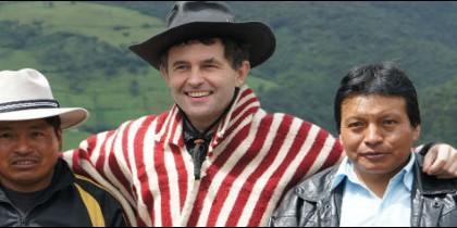 Joseba Segura, acompañado de dos ecuatorianos