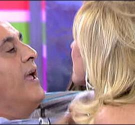 Captura del momento en que Rosa Benito coge de la camisa a José María Franco en 'Sálvame'.