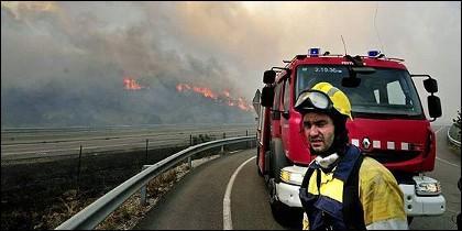 Un bombero en el incendio forestal de la Jonquera.