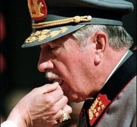 Juan Pablo II da la comunión a Pinochet