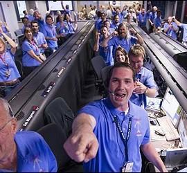 Los técnicos de la NASA celebran el aterrizaje del Curiosity.