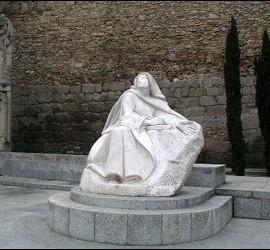 Estatua de Santa Teresa ante la muralla de Ávila