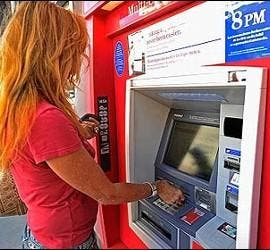 Cajero automático, banco y tarjeta de crédito.