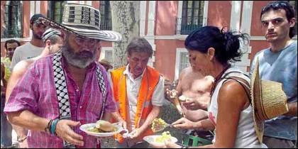 Sánchez Gordillo y sus jornaleros comiendo paella.