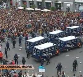 Manifestación de los miembros del 25-S con la Policía actuando de cortafuegos.
